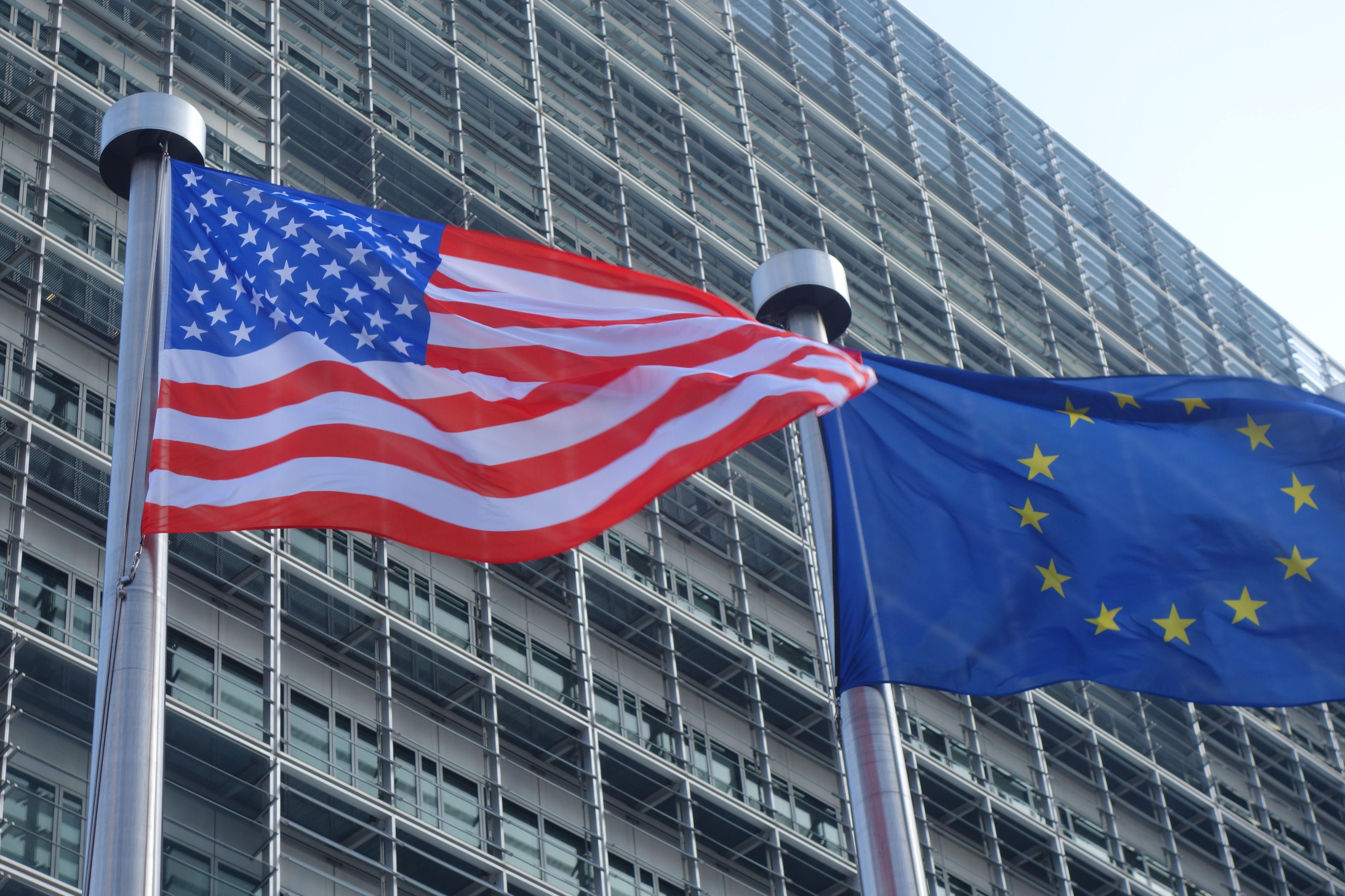 Vlajky EÚ a USA