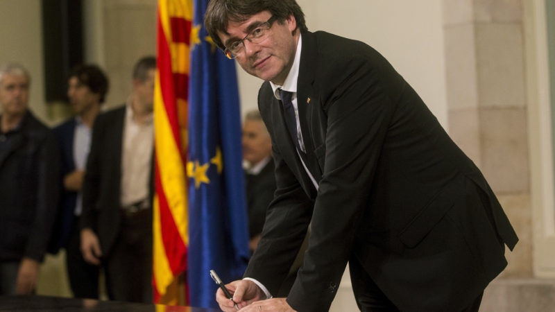Puigdemont-signs-Independence-Declaration-800x450