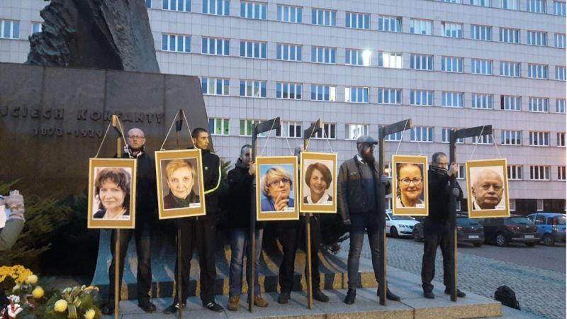Polish-opposition-MEPS-on-gallows-800x450