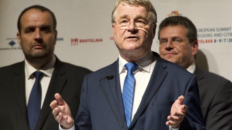Predseda Výboru regiónov Markku Markkula, za ním zľava Pavol Frešo, predseda Bratislavského kraja, Maroš Šefčovič, podpredseda Európskej komisie pre energetickú úniu.