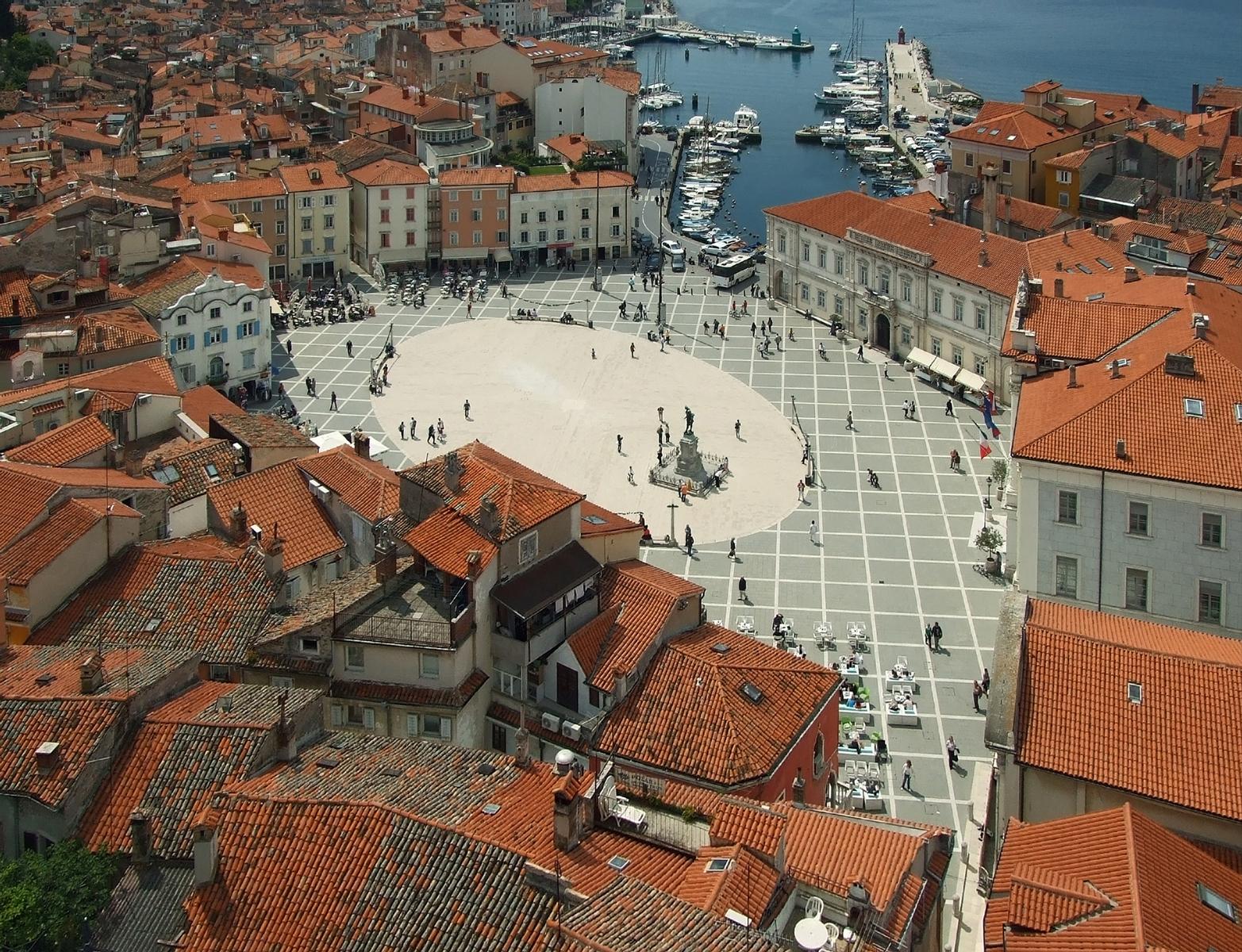 Tartini_Square_from_above,_Piran,_May_2009