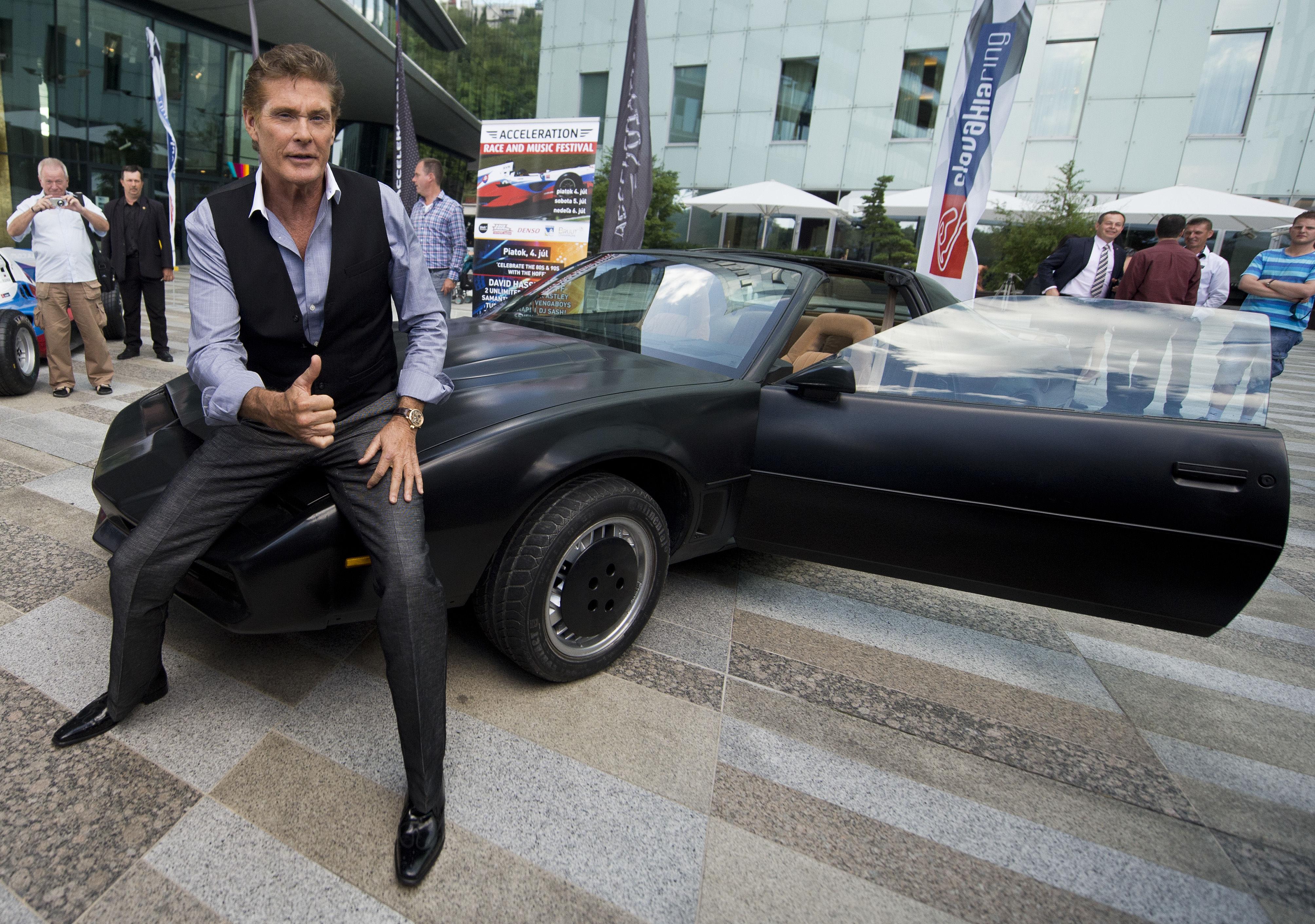 Herec David Hasselhoff so seriálovým inteligentným autom KITT