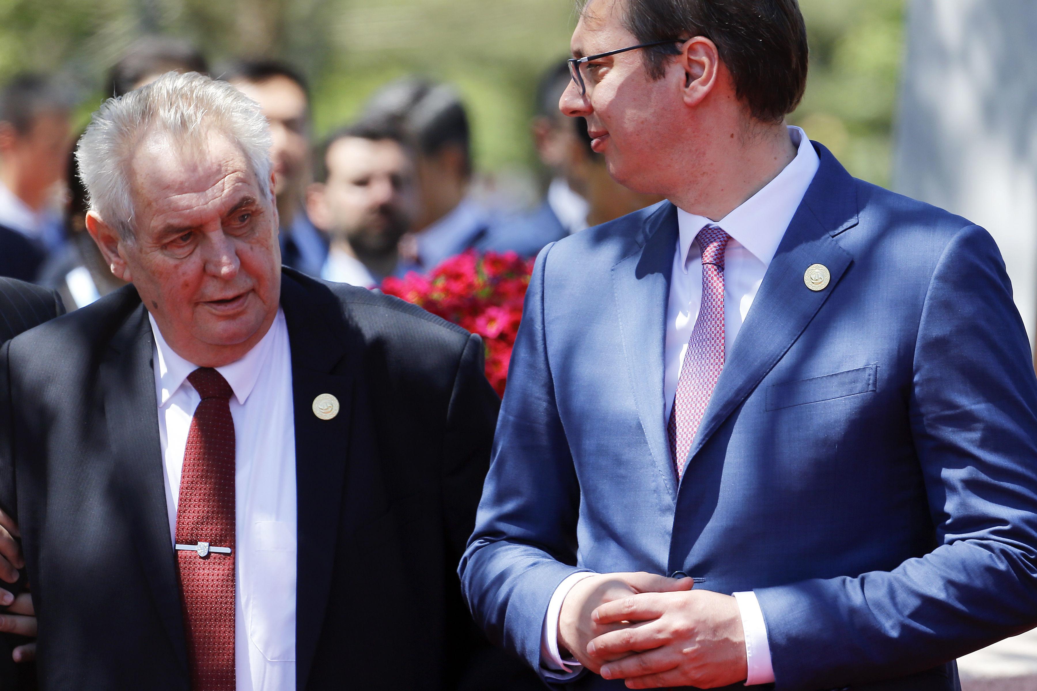 Čerký prezident Miloš Zeman (vľavo) a srbský premiér Aleksandar Vučić v Pekingu