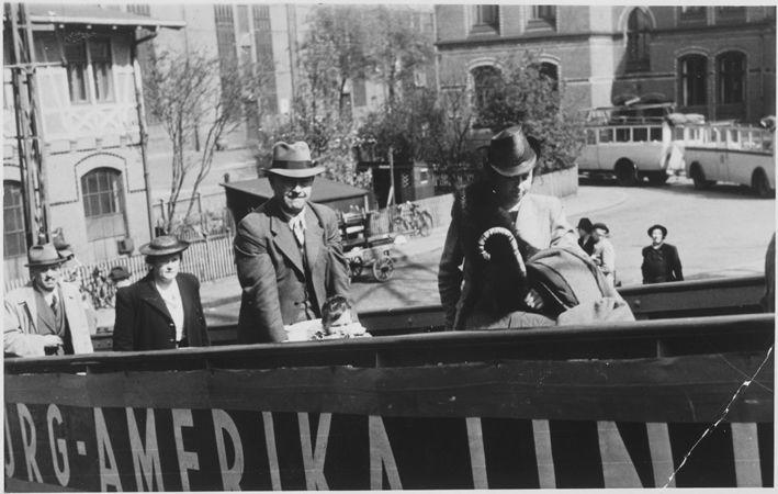 Rodina nastupuje v Hamburgu na palubu lode MS St. Louis. Foto: Wikipedia